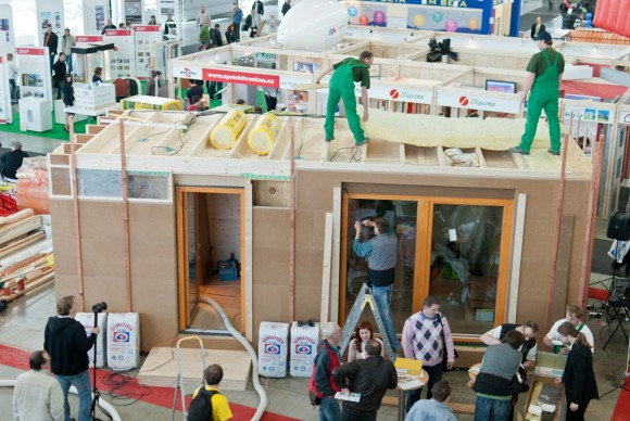 Izolace střeby pasivního domu postaveného za čtyři dny na stavebním veletrhu v Brně, foto: Centrum pasivního domu