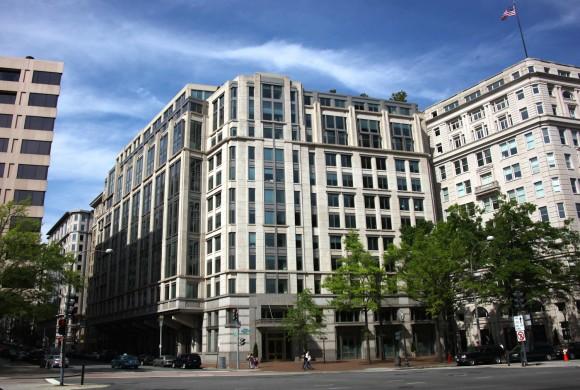 I této soukromé administrativní budovy na Pennsylvania Avenue se bude nové nařízení týkat. Zdroj:wikipedia.org