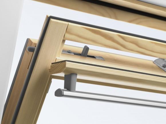 Ventilační klapka střešních oken VELUX umožňuje větrání i při zavřeném okně.