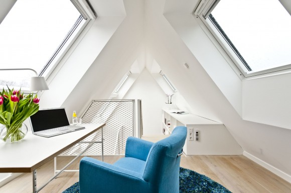 Střešní okna umožňují snadno větrat podkroví, ale zároveň interiér zahřívají. foto: GGU
