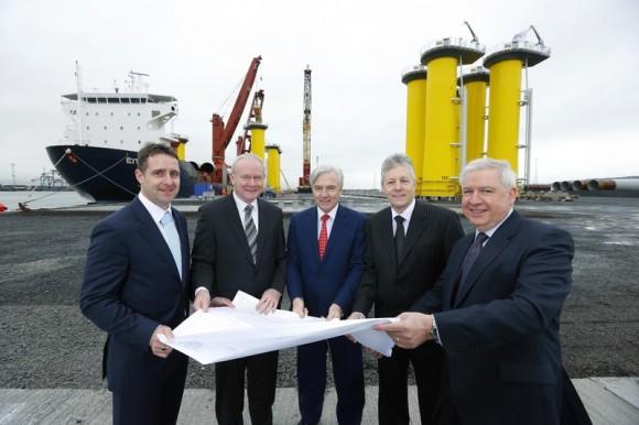 Oficiální předání nového terminálu v belfastském přístavu. Šéf přístavu, severoirský ministr a další pohlaváři jsou pochopitelně přítomni. foto: Belfast Harbour