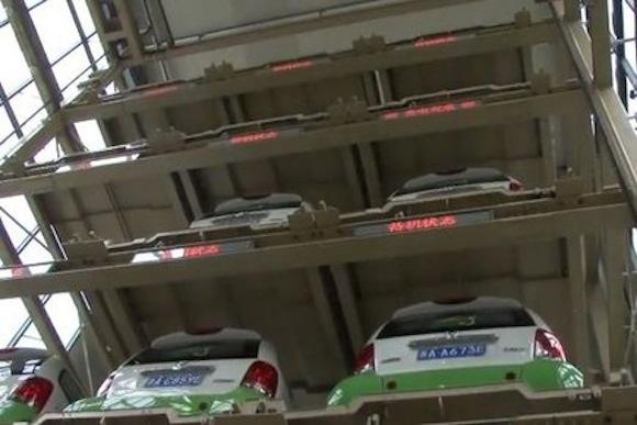 Automatická robotizovaná garáž pro elektromobily. Jen v Číně.