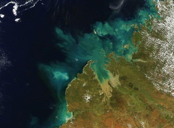 Členité pobřeží Západní Austrálie doslova láká k využití energie příboje. foto: NASA/GSFC