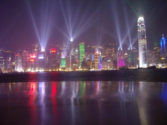 Hong Kong je město, které nikdy nespí. Noc je zde téměř tak světlá, jako jasný den. Zdroj: flickr.com