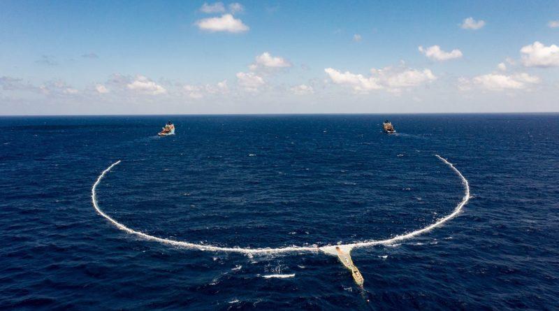 Systém zachycování odpadu funguje jednoduše: dvě malé lodě velmi pomalu táhnout dlouhou bariéru ve tvaru U, do které mořské proudy vhánějí plastový odpad. foto: Ocean Cleanup
