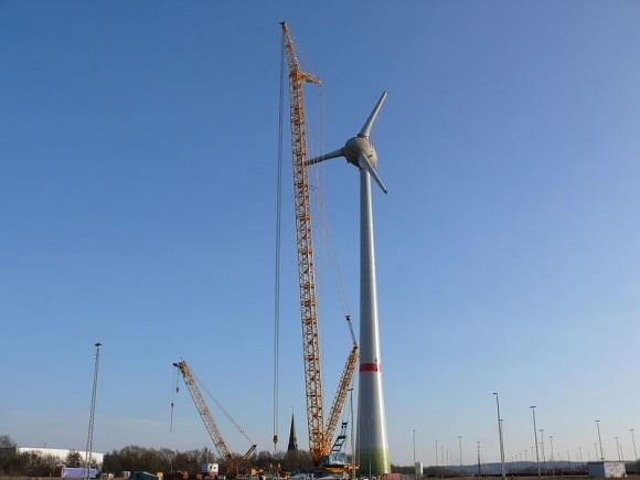 Enercon E-126 je skutečný gigant. Třímegawattové turbíny vedle něj vypadají jako pouťové větrníky. Zdroj: wikimedia.commons.com
