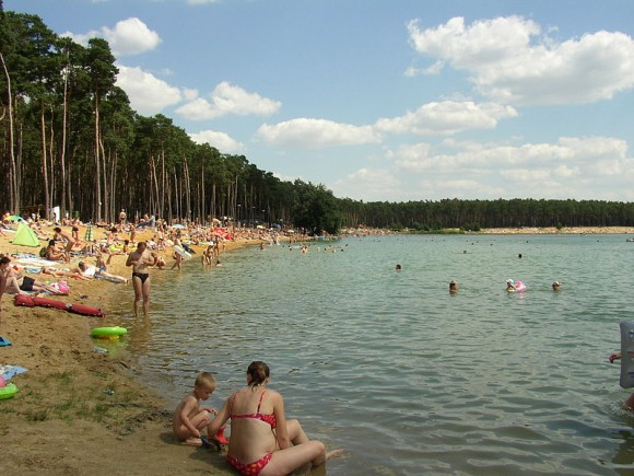 Jezero Lhota u Brandýsa nad Labem. 91% koupališť na řekách a jezerech splňuje minimální požadavky na kvalitu vody. foto: Mirek256, licence Creative Commons