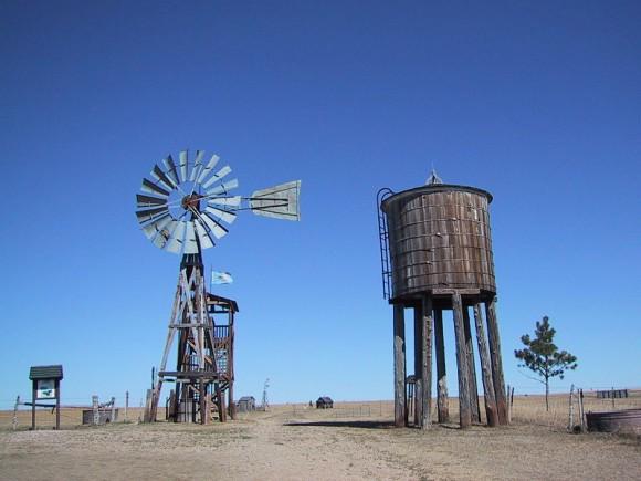 Podobné větrné mlýny se v USA využívají pro čerpání vody nebo výrobu elektřiny už déle než století. Dnes je nahrazují supermoderní větrné turbíny. foto: Patrick Bolduan, licence Creative Commons Attribution-Share Alike 2.0 Generic
