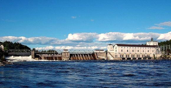 Norská vodní elektrárna Rånåsfoss s výkonem 98 MW. Norsko má celkem 1166 vodních elektráren, které pokrývají spotřebu země až z 99 %. foto: Lars Biørn-Hansen, licence  Creative Commons Attribution-Share Alike 3.0 Unported