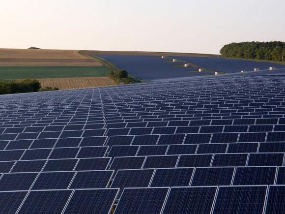 Solární park (rozsáhlá fotovoltaická elektrárna) v německém Thüngenu, foto: OhWeh, licence Creative Commons