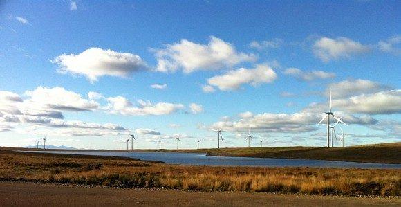 Skotská větrná farma Whitelee s ostrovem Arran v pozadí. foto: Bjmullan, licence Creative Commons Attribution-Share Alike 3.0 Unported