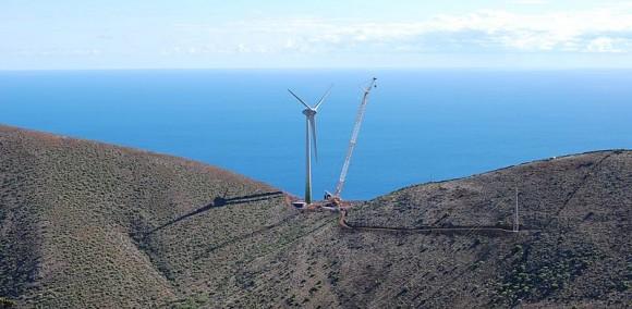 Malý vulkanický ostrov El Hierro, jeden z Kanárských ostrovů, by měl už před letními prázdninami nezávislý na dovozu PHM pro výrobu energie. Na fotce stavba první větrné elektrárny. foto: Erik Streb, licence Creative Commons Attribution-Share Alike 3.0 Unported