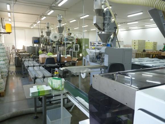 Ve výrobní hale hrají dnes hlavní roli stroje, ale i zde má stále lidská práce své místo.