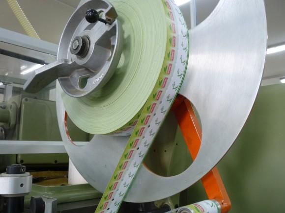 Papírky za pár vteřin skončí na každém sáčku, který stroj zabalí.
