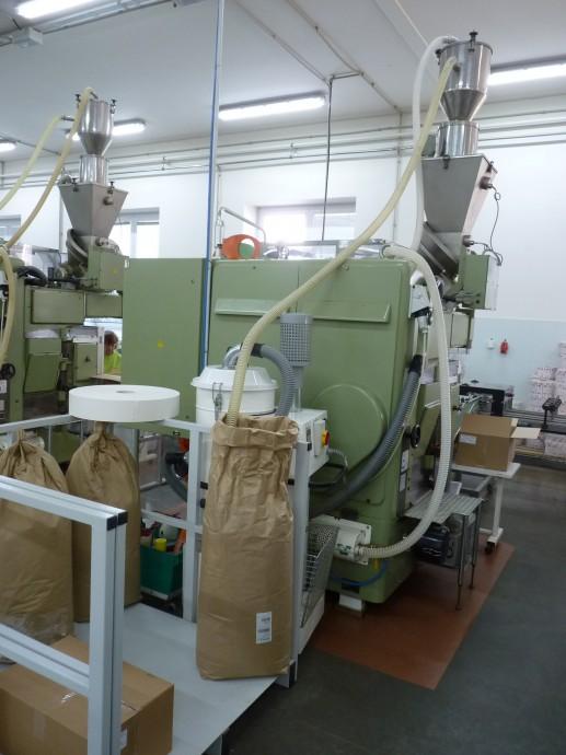 Zde si již stroje berou směs, že které vyrobí sáčkovaný čaj, samostatně.