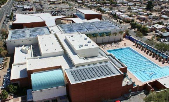 Solární kolektory na střeše sportovního střediska Arizonské univerzity