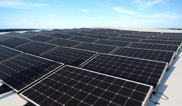 """""""Solární elektrárny pro střechy splochým profilem představují dosud nevytěženou příležitost na globálním trhu."""" Zdroj: BeamreachSolar"""