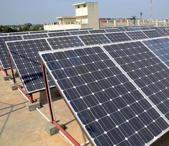Nápad s motivací a tvorbou příhodných podmínek pro rozvoj fotovoltaiky už tu jednou byl, ale ani v předchozím případě nepřinesl očekávané výsledky. Zdroj: http://www.thehindubusinessline.com/