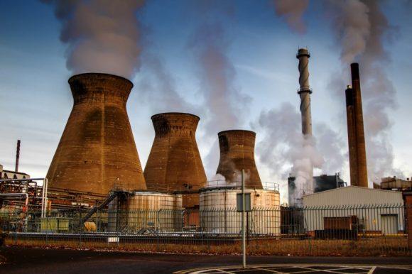 """""""Zatímco slunečné jarní dny prozařují špičkové výkony solárních elektráren, uhelné mizí ve stínech.""""  Zdroj: Inhabitat.com"""