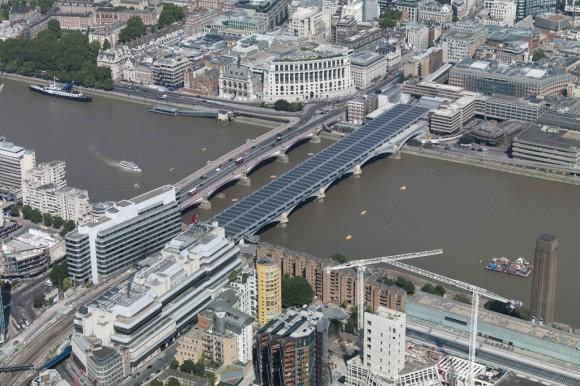 """""""Most Blackfriars může sloužit jako vynikající inspirace pro železniční podniky po celém světě."""" Zdroj: Network Rail"""