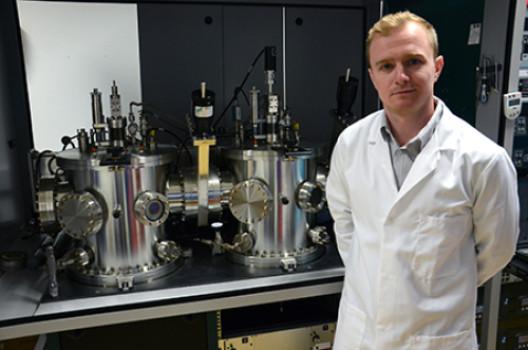 """""""Jon Major ze Stephensonského institutu stojí před depozičním systémem, zařízením využívaným vprvní fázi zpracování chloridu hořečnatého.""""Zdroj: University of Liverpool"""