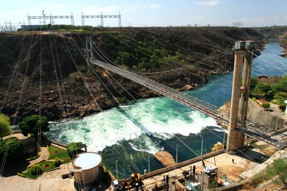 Vodní elektrárna Paulo Afonso podblíž stejnojmenného města má výkon 4 GW. Právě vodní elektrárny se v Brazílii, podobně jako v Číně, mohou stát významným obnovitelným zdrojem energie. foto: Maria Hsu, licence  Creative Commons Attribution 2.0 Generic, zdroj: wikimedia