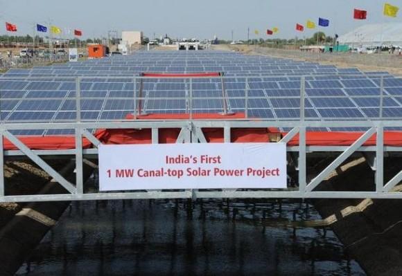 Solární elektrárny v Indii vznikají pomalu, ačkoliv se tam ukrývá obrovský potenciál. Zde solární elektrárna ve státě Gudžarát vybudovaná na jednom z vodních kanálů. foto: Hitesh vip, licence Creative Commons Attribution-Share Alike 3.0 Unported