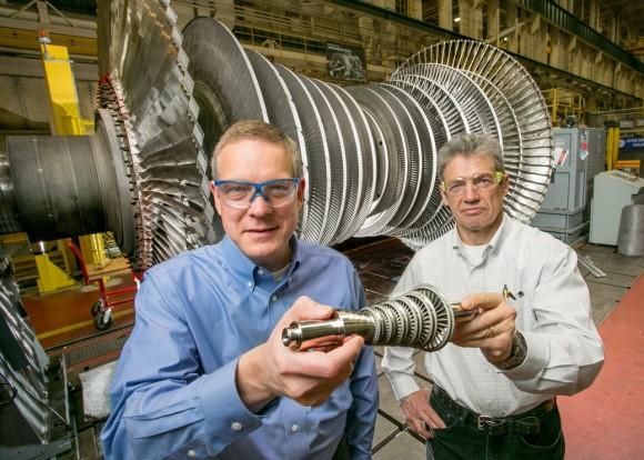 D. Hofer a V. Lissianski se svou 3D tištěnou turbínou. foto: GE