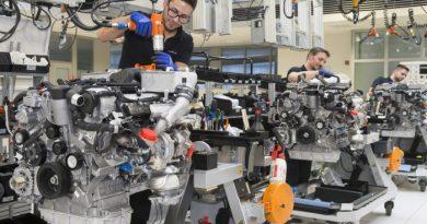 Výroba motorů v továrně Daimler. foto: Daimler