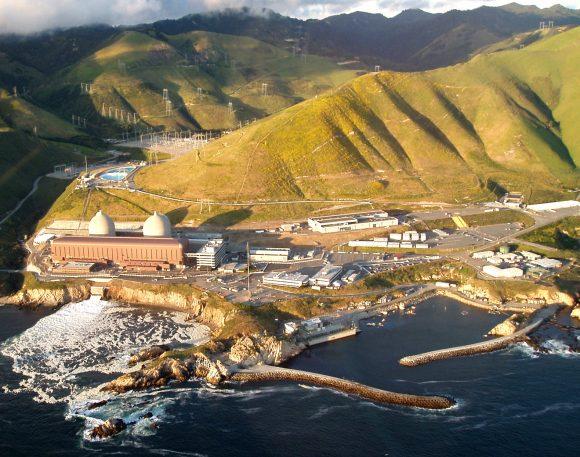"""""""Pohled na jadernou elektrárnu z pobřeží Port San Luis."""" Zdroj: PDTillman"""