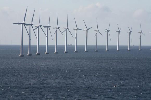 Větrná farma Middelgrunden u Kodaně v roce 2009. Zdroj: Wikimedia.org/politikaner