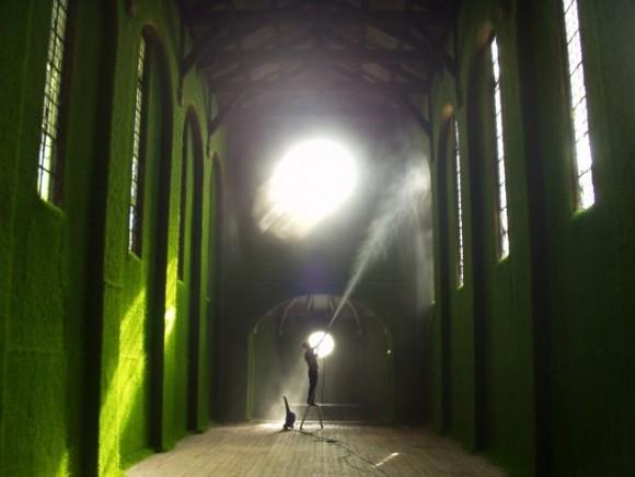 """""""Nástřik travní směsí proměnil interiér katedrály nevšedním způsobem."""" Zdroj: AckroydAndHarvey.com"""