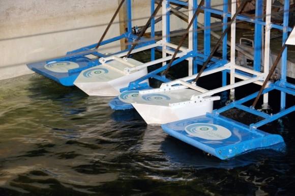 """""""Plováky Wind Clapper systému Eco Wave Power jsou pro svou jednoduchost téměř nezničitelné."""" Zdroj: Eco Wave Power"""