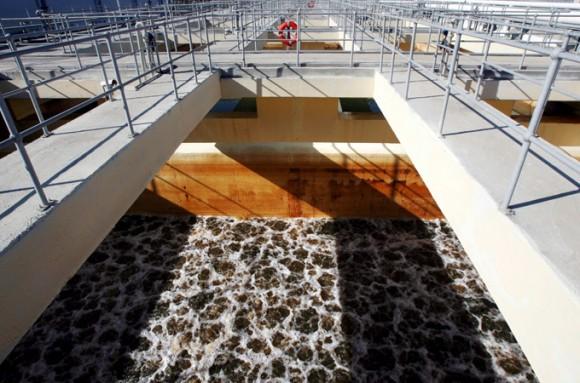 """""""Vybudování odsolovacího zařízení nemá jen humanitární podtext, ale i politický. Snížení závislosti Palestinců na Izraeli by mělo přispět i ke snížení napětí. Možná."""" Zdroj: EPA"""