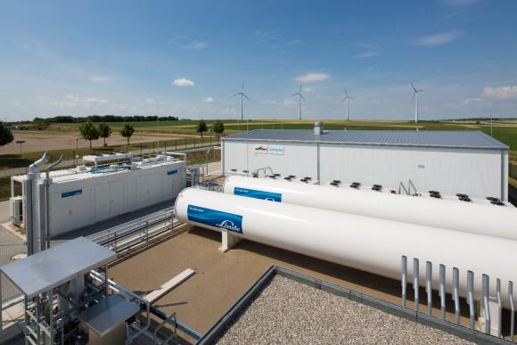 Elektrolytická výrobna vodíku dokáže zužitkovávat nárazové produkční špičky a efektivně eliminovat neduhy spojené snadprodukcí elektřiny zobnovitelných zdrojů. Pro Siemens, který je jedním znejvětších výrobců větrných elektráren nasvětě, je tato technologie dalším krokem kefektivní akumulaci elektrické energie.