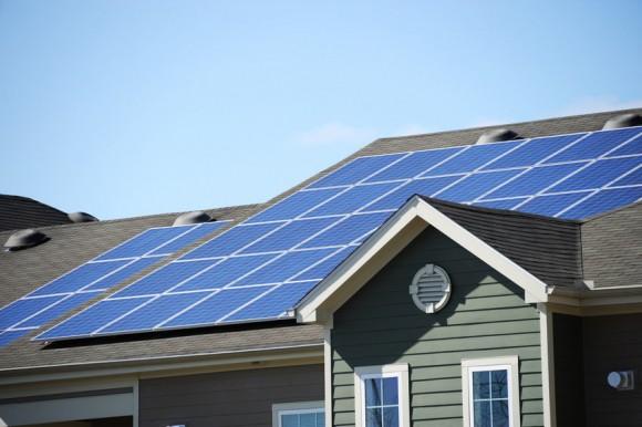 """""""Optimálně orientováno vůči slunci je až 83 % amerických domů. Jen 26 % znich má ale vhodnou střechu."""" Zdroj: nd700 / Fotolia"""