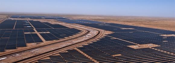 """""""Solární ultra-mega park, vznikající v indickém Gudžarátu."""" Zdroj: CleanTechnica.com"""