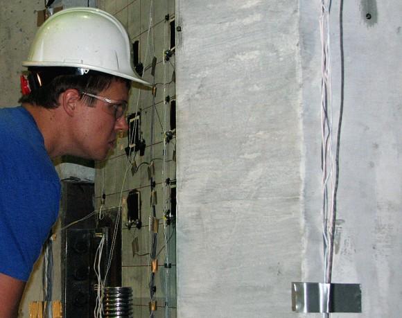 Technikové z ISU právě testují nosnost a odolnost betonové desky při zátěži. Zdroj: ISU, Mike Krapfl