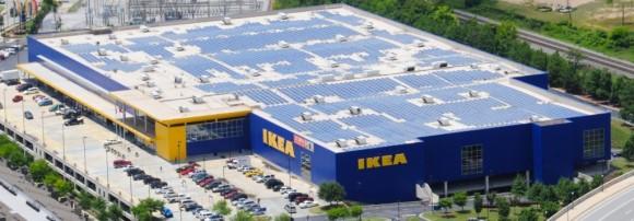 """""""Střecha prodejny IKEA v Eindhovenu je pokrytá solárními panely, ale nově je v Holandsku budou prodejci nabízet i uvnitř. foto: IKEA"""