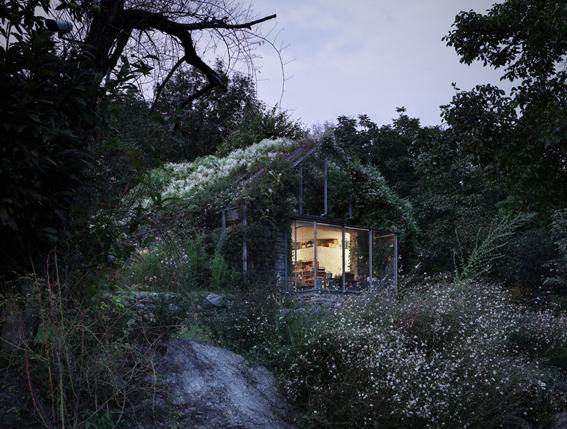 Stará garáž, nebo exkluzivní zahradní domek ? Zdroj: archdatabase.com