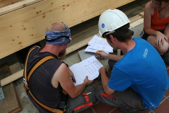 Studenti a stavitelé nad plány AIR House. foto: Jan Horčík/Ekologické bydlení