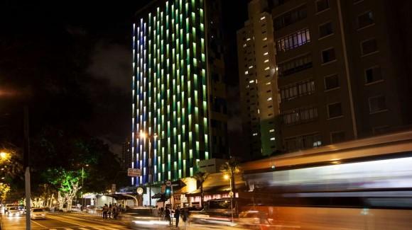 """""""Soudě podle zachycených světelných tónu na gasádě hotelu je teď vSao Paulu dýchatelno."""" Zdroj: Gizmag.com"""