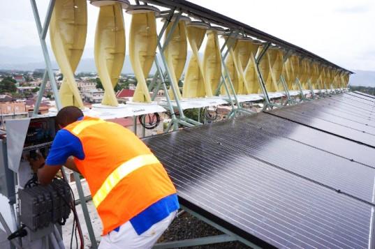 Proč si vybírat mezi solárními a větrnými elektrárnami, když můžete mít obojí? Zdroj:  WindStream Technologies