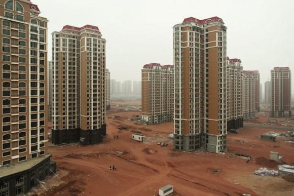 """""""Město Kangbashi je vmnoha ohledech dokonalé. Jen tu chybí lidé."""" Zdroj: Arch Daily.com"""