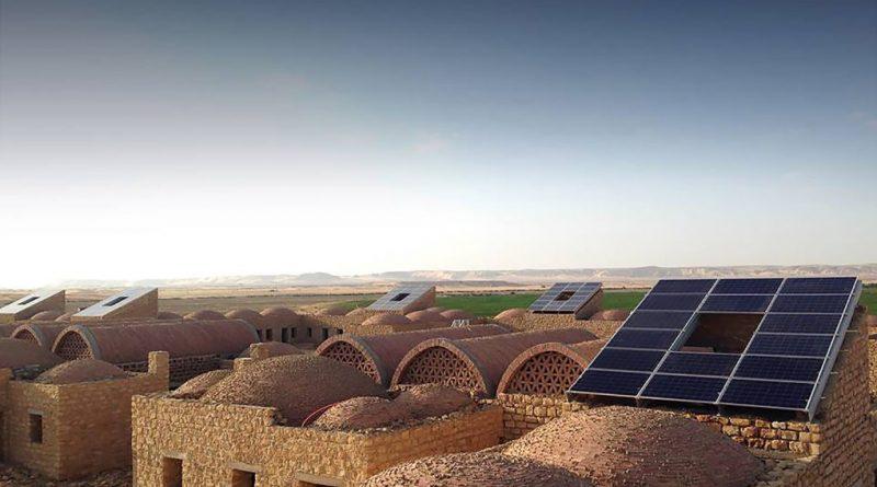 """""""Nové pojetí egyptské architektury, kombinace tradičních prvků s moderním přístupem k obnovitelným zdrojům energie."""" Zdroj: KarmBuild"""
