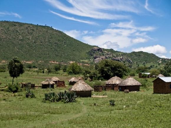 """""""Budování centrální sítě na africkém venkově je zbytečně nákladné.  Mikrosítě se zdají být efektivnějším řešením pro řídce zasídlení oblasti.""""  Zdroj: William Warby"""