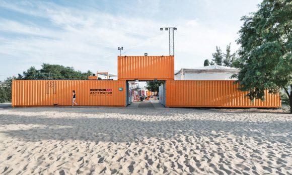 """""""Kontejnery jsou jako skládačka. Postavíte si z nich i malý festivalový svět."""" Zdroj: Adam Wierciński Architekt"""
