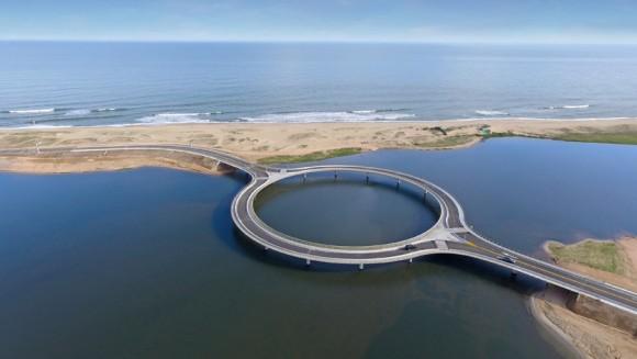 """""""Náklady na stavbu kruhového mostu se vyšplhaly na 12 milionů dolarů."""" Zdroj:Dezeen.com"""