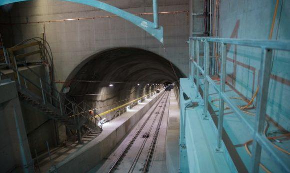 Do vlastní elektrárny ve výšce 1800 metrů nad mořem se dostanete jen podzemní lanovkou.  Zdroj: General Electric