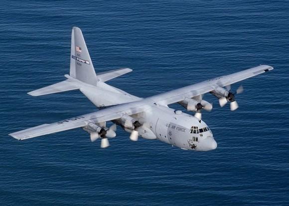 """""""Čtyřmotorový C-130 Hercules může roznášet buď smrt nebo život."""" Zdroj: Wikipedia.org/ Howard Blair"""